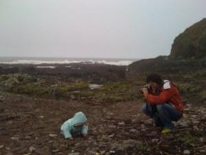 Deborah fotografa Agatha sulla spiaggia di Ballycotton